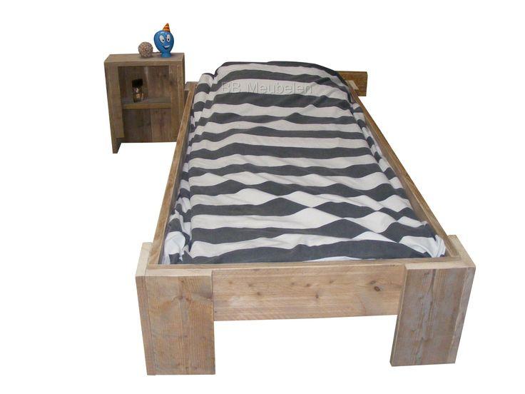 Kinderbed Edwin   Meer info: Steigerhouten bed met of zonder nachtkastje. Dit bed is in tal van afmetingen te verkrijgen en past in elke slaap of logeerkamer. Afmetingen van het bed is de matrsmaat plus de dikte van het steigerhout wat inhoud dat zowel bij de lengtemaat als de breedte maat er 12.8cm bij komt. Bij een bed met de matrasmaat 90x200cm is de buitenmaat 102,8x212,8cm.  http://www.bbmeubelen.nl/a-35990065/kinderbedden/edwin