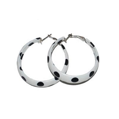 Oorbellen jaren 50 wit/zwart. Ronde witte oorbellen met zwarte stippen.