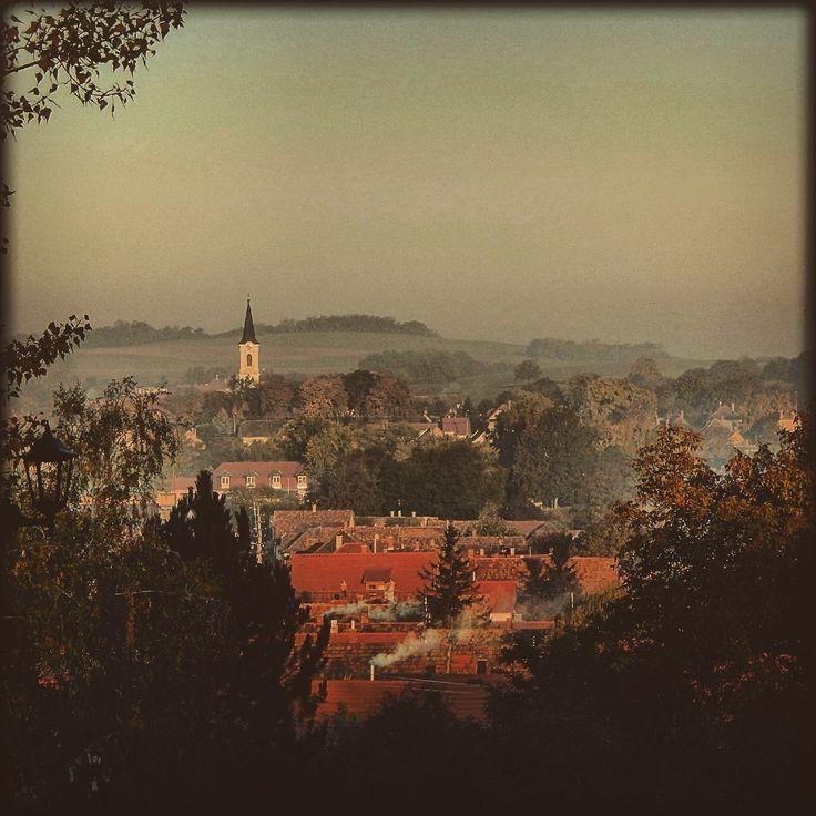 Almádi Ildikó Őszi reggel Pusztavámon Ahogy én láttam a falut egy hűvös októberi reggelen. Több kép Ildikótól: www.facebook.com/ildiko.almadi