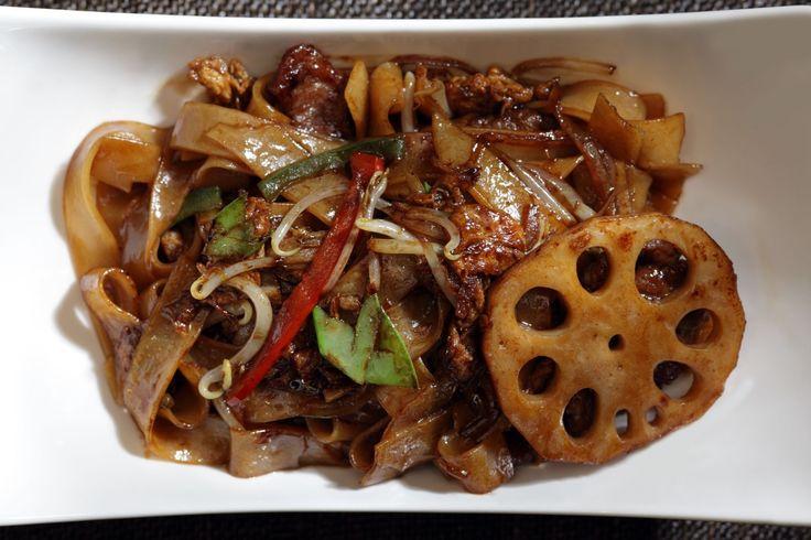 Ресторан «Китайская грамота. Бар и еда», Москва. Широкая лапша с ягненком и лотосом