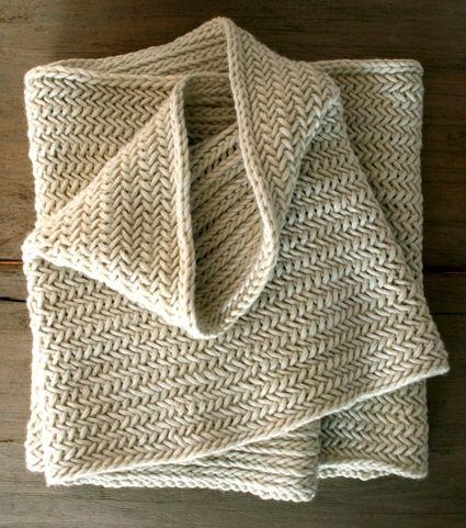 Dejlig, stor halsvarmer i sildebensmønster. Den kan let varieres i både længde og bredde. Man kan også strikke med tyndere pinde, hvis man tager højde for strikkefastheden.