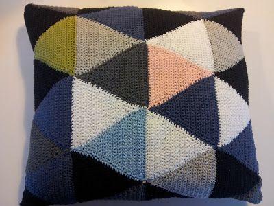 Arliana's - Hverdagens små fornøjelser: Hæklet pude i trekanter - opskrift