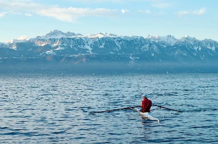 Pratique De L Aviron Sur Le Lac Leman Avec Une Vue Sur Les Alpes Francaises Natural Landmarks Landmarks Travel