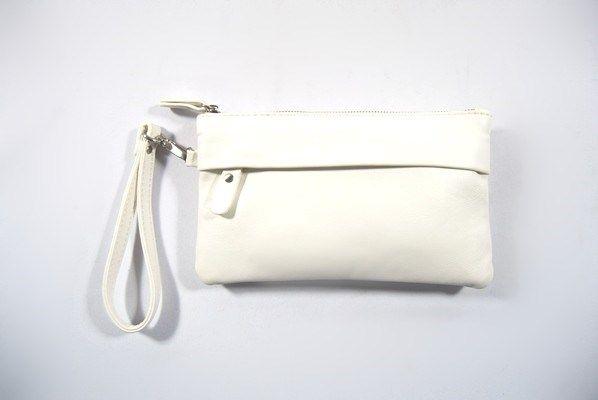Bolso de mano Emke Romano Shawls de color blanco con cierre de cremallera. Asa corta extraíble y asa larga opcional para colgar del hombro. Dos bolsillos exteriores y otro en el interior con cierre de cremallera.