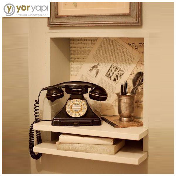 Evinizde eski tarzda aksesuarlara yer vermeniz modern görüntüyle nostaljiyi birleştirir ve her iki tarzı da farklı kılar. #design #nostalgia #phone #oldphone #old #homesweethome