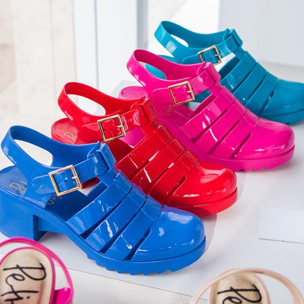A sandália Amora é para as fashionistas de plantão! Use sem moderação! #fullplastic #petitejolie  Em breve na Castello!