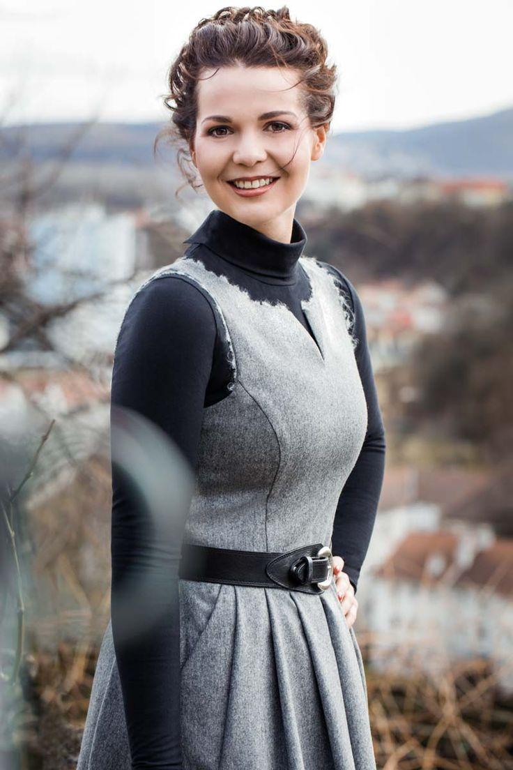 DIE WINZERIN Gössl Kleid aus Flanell mit Wollborte. Rollkragenpullover aus Baumwoll-Jersey. Miedergürtel aus robustem Rindsleder. ab September 2017