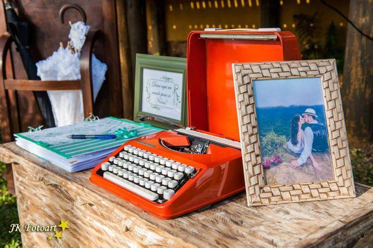 Um dos lounges recebeu peças antigas como um baú de madeira, máquina de escrever e uma chapeleira...