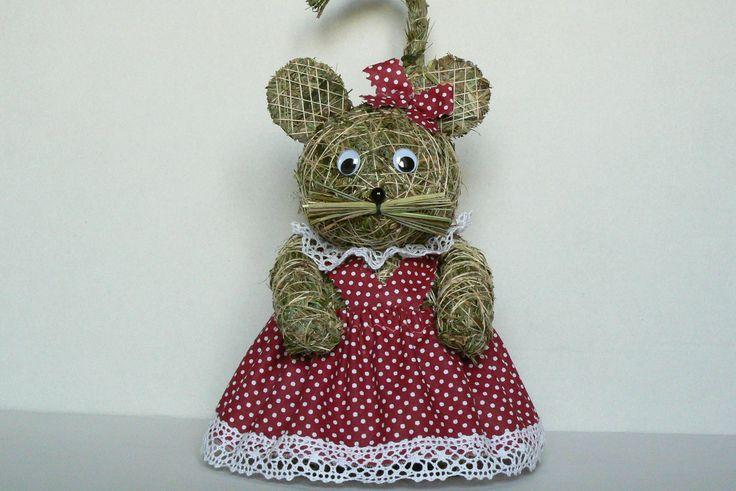 Myš domácí Myška ze sena v domácí zástěrce.Veliká je cca 25 cm a je oblečena v zástěrce z bavlny.Pod krčkem má krejzlík z bavlněné krajky.  Jako dárek k Vánocům nebo i jako roztomilý dárek pro své blízké.Může mít i jiný obleček,záleží na vás.Písněte,udělám na přání.