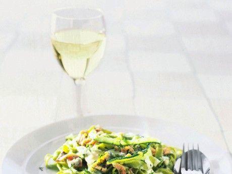 Både smaken och pastans gröna färg gör sig väldigt bra tillsammans med den rökta laxen.