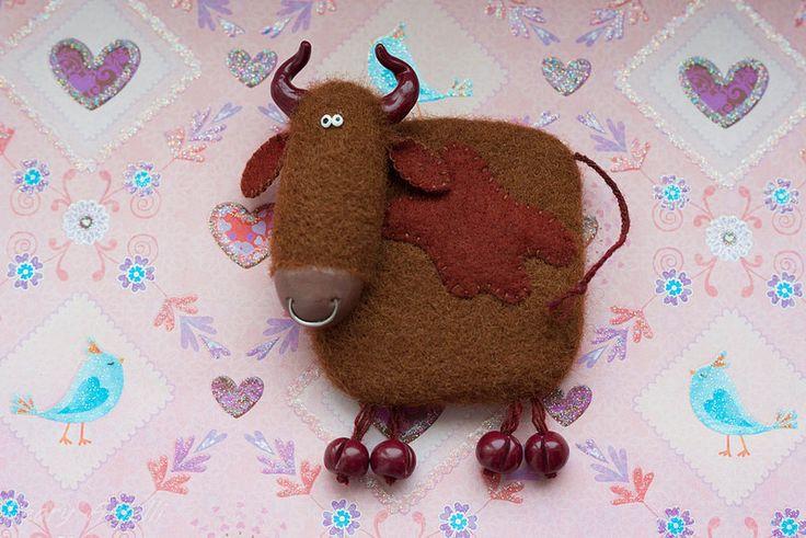 Корова Бычок Cow  Валяный из шерсти магнит на холодильник. Magnet.