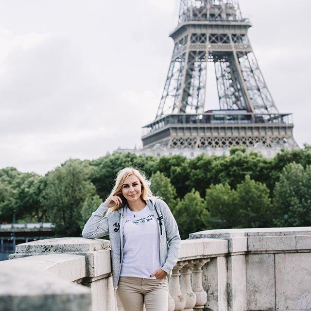 """""""Бесконечно жевать багет и не толстеть, плутать по городу и всегда выходить к башне, злоупотреблять красным сухим 🍷 и каждую минуту фотографироваться... это мой #париж по поводу последнего пункта всем рекомендую @paris_okphoto 📸👍 #франция#эйфелевабашня#путешествие#фотосессия#счастье#лето2017#paris#france#eifel#picoftheday#traveller#happiness#travelblogger#follow4follow#instafoto#vsco#beautiful#styleoftheday"""" by @togulevakate (Katerina). #turismo #instalife #ilove #madeinitaly #italytravel…"""