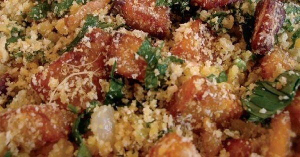 A Farofa de Torresmo é deliciosa e perfeita para ser saboreada com uma feijoada bem quentinha. Faça e confira! Veja Também:Farofa Palha Veja Também:Farof