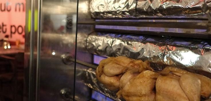 Kiekes! brengt de klassieke 'kip aan 't spit' op een eigentijdse manier naar het Eilandje in Antwerpen. Een halve kip, kipfilet, vol-au-vent, kippenburger... Kiekes is what it's all about! Onze kippen worden 24u. gemarineerd in onze eigen Kiekes!-kruidenmix alvorens ze op traditionele wijze aan 't spit worden gebakken.  Nadien gaan ze nog even op de grill met de kruiding van uw keuze.