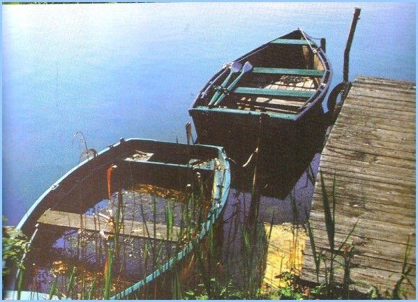 Barques sur le lac de Remoray   -    C'est un lac naturel français situé dans le département du Doubs, sur le territoire des communes de Remoray-Boujeons et de Labergement-Sainte-Marie, en  Franche-Comté, lac d'altitude en plein cœur des hautes-chaînes du massif du Jura. Il occupe le fond d'une cuvette d'origine glaciaire.