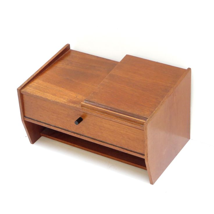 Vintage gangkastje / dressoirkastje / hangkastje / telefoonkastje van teakhout uit de jaren '60. Oorspronkelijk werd dit kastje gebruikt als telefoonkastje, er past dan ook precies een telefoon op en een telefoonboek in.  Afmetingen: Breedte: 40 cm Diepte: 25 cm Hoogte: 24 cmVintage small cabinet / hanging cabinet from teak from the 60s. Originally, this cabinet was used as a telephone box, so it fits an old phone and a phone book.  Dimensions: Width: 40 cm Depth: 25 c...