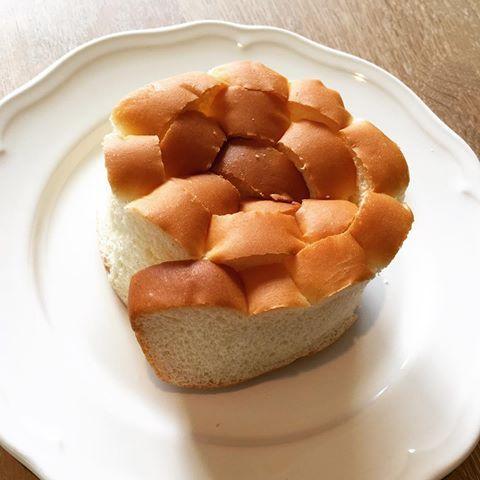 ・ハラダのパン - 神戸市  ・  「シャーベットフラワー」  ・  昔からあるパンです。  とても柔らかいパン生地で  中はバタークリームを塗り、くるくるっと花のように巻いてあります。  ・  ・  袋に入って売っています。  なので、持ち運びもしやすく、  おやつにピッタリ‼︎  もちろん朝食にも♪  ・  ・  以前テレビで紹介されました。  かつみさゆりのさゆりさんが  小さい頃よく食べていたそうです。  ・  ・  花びらをめくるように1枚1枚ちぎって食べるのがオススメです♪  ・  ・   #原田パン #ハラダパン #原田のパン #ハラダのパン #パン屋 #パン #菓子パン #老舗のパン屋 #神戸市 #神戸 #長田区 #長田 #シャーベットフラワー #かつみさゆり #懐かしい味 #安心の味  #原田パン商品紹介