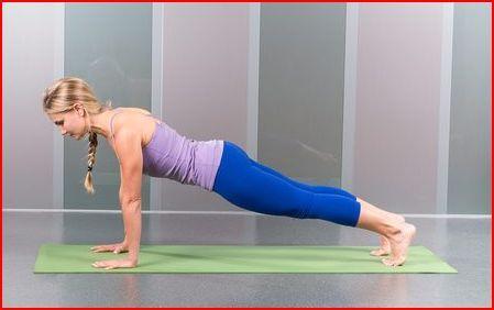 De plank is een van de bekendste en beste manieren om de kern van kracht, alsmede de sterkte en de stabiliteit in de polsen, armen, schouders en borst te versterken. Zorg ervoor dat je rug recht  is, dat je handen op schouderbreedte staan en dat je billen geen piramide van de houding maken.