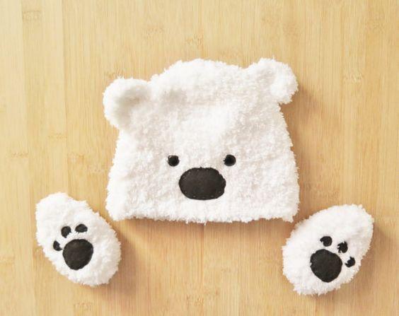 Un ensemble bonnet et chausson ours polaire