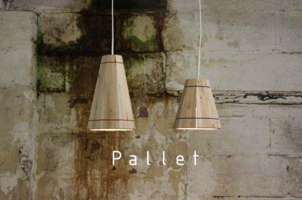 Deze Pallet Lamp bestaat uit 8 zorgvuldig gesneden stukken hout van gerecyclede pallets die door twee gekleurde elastische koorden bij elkaar worden gehouden.