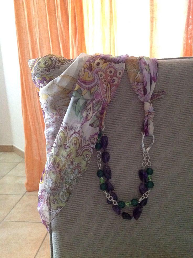 Tessuto 100% seta decorato con collana di pietre e cristalli
