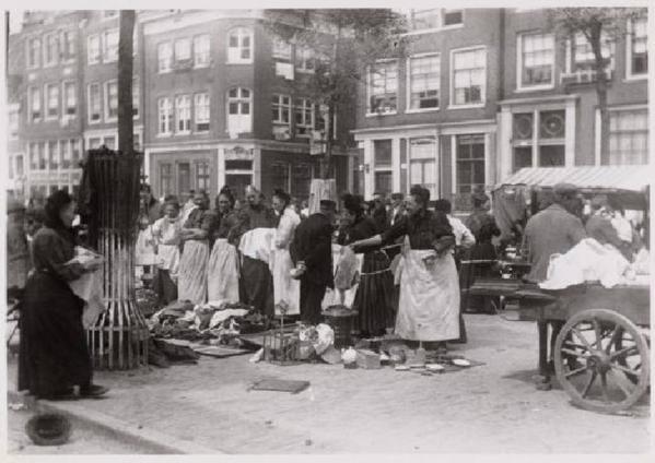 Amsterdam, Markt op de Lindengracht in 1910. Op de achtergrond Lindengracht 164-156. Fotograaf Jan van Dijk (1882-1960)