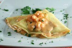 Le crepes ai gamberetti sono un primo piatto sfizioso e molto delicato. Il ripieno delle crepes è a base di una morbida crema di mascarpone.