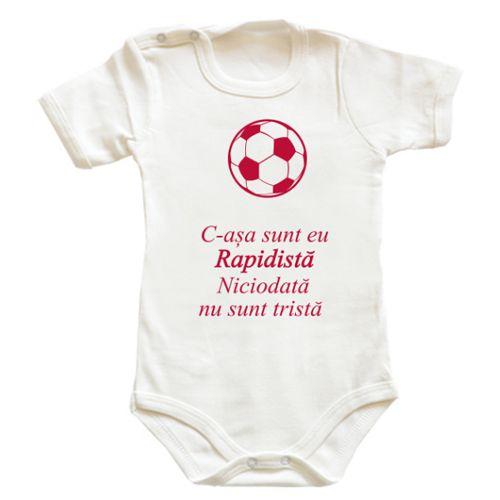 """Body bebe Rapidista    Body bebe pentru micutele fane ale echipei de fotbal Rapid. Mesajul sau este """"C-asa sunt eu Rapidista, niciodata nu sunt trista"""" si este insotit de o minge de fotbal."""