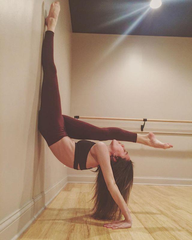 Pin for Later: Oubliez Votre Tapis et Essayez ces Poses de Yoga Contre Votre Mur                                                                                                                                                                                 Plus