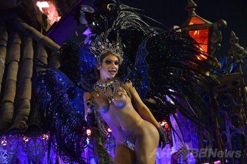 リオのカーニバル、パレードで熱狂最高潮に