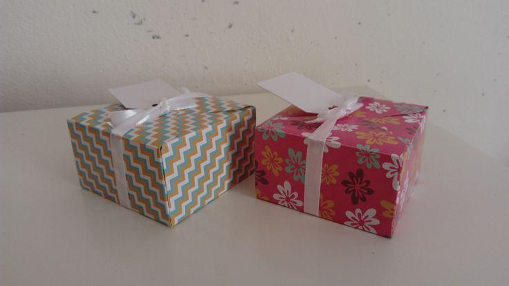 Cadeaudoosjes gemaakt met envelope punch board (Joy crafts) en met design papier van Action en wit lint.