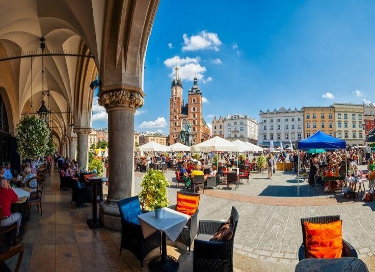 """Chamada em polonês de Rynek Glowny, a praça central da cidade de Cracóvia é um dos mais lindos espaços públicos do Leste Europeu. Com 40 mil m², o local abriga, em seu coração, o """"Sukiennice"""", edifício que, principalmente durante o século 15, foi usado como entreposto comercial para produtos vindos do Oriente e do Ocidente. Hoje, o local abriga um museu com arte polonesa do século 19 e, sem perder sua vocação, ainda é um local onde viajantes podem comprar produtos típicos (hoje…"""