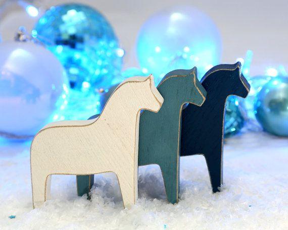Dala paard. Scandinavische stijl houten home decor. Perfecte idee voor een Christmas stocking stuffer. Unieke Scandinavische geïnspireerd kwekerij decor.  Gebruik deze eenvoudige maar tijdloze beeldje voor het decoreren van uw huis voor Kerstmis of als een natuurlijke houten speelgoed voor kinderen om te spelen.  Grootte van een paard is ongeveer 4,3 inch (11 cm) lengte.  Zie meer hier: http://www.etsy.com/shop/DesignAtelierArticle?section_id=12589732  ↳ Een rustiek blauw paard met faux…