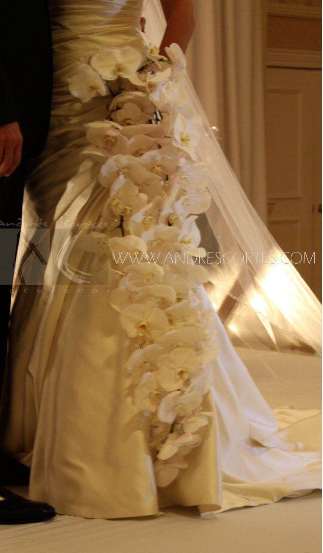 This bridal bouquet was white phalaenopsis tissue creating a waterfall of more than a meter high. Design Andres Cortes. Este ramo de novia fue tejido con Phanelopsis blanca creando una cascada de mas de un metro de altura. Diseño de Andres Cortes. www.andrescortes.com