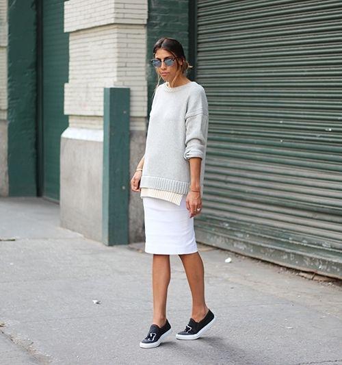 Белая юбка карандаш с черными кедами и серым свитшотом