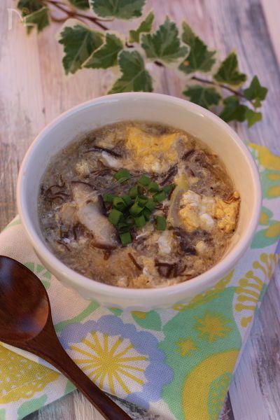 モズクは、カロリーが低く、酢と一緒に摂ると、代謝が活発になり、免疫力を高めたり、美肌、腸内環境を整える働きがある健康的な食べ物です!三杯酢で味付けした三連パックがスーパーで手に入るので是非使ってみて下さい。味付けするのに、お酢いりなので簡単に美味しいスープが出来ます!