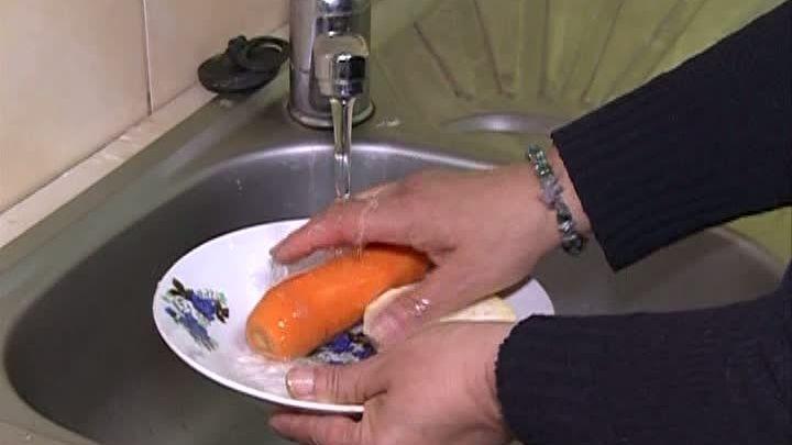 Ciorba facuta-n casa, cu apa de la robinet, este un pericol pentru sanatate. Nutritionistul Gheorghe Mencinicopschi sustine ca apa de la robinet contine clor si le avertizeaza pe gospodine sa nu o mai foloseasca.
