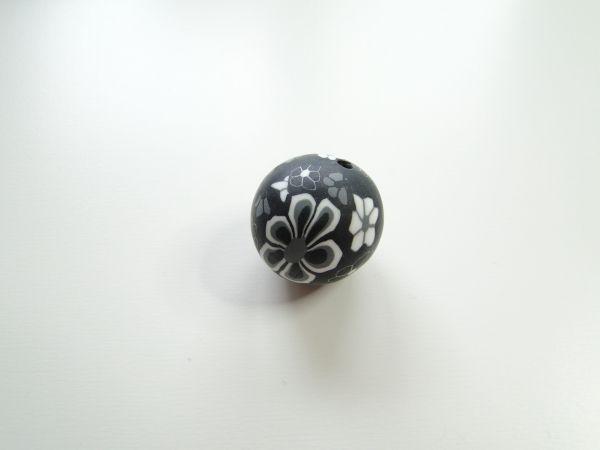Kraal, klei, zwart met wit/grijze bloemen, 18mm (gat 2mm)