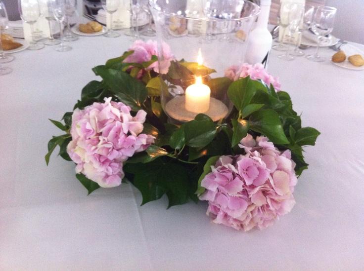 Centro de mesa con pomos de hortensias rosas y velas - Centros con velas ...