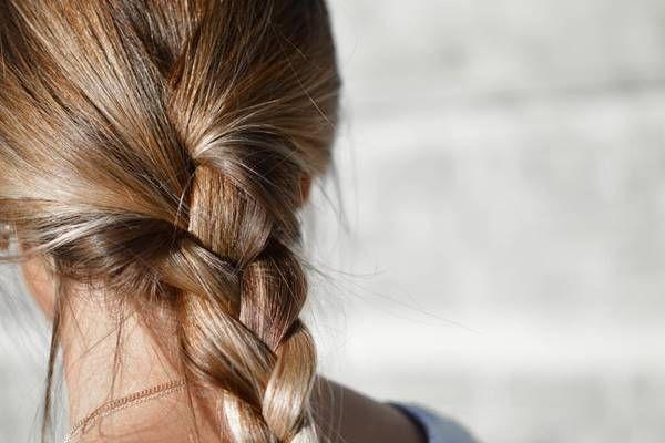 A haj és fejbőr állapota, egészsége ugyanolyan fontos, mint a rendezettfrizura. A haj folyamatos igénybevételnek van kitéve, sok minden károsítja. Ha fénytelen, ha töredezik, sokan különféle - vegyi anyagokat tartalmazó - hajápoló termékektől várnak megoldást. Csodát várni ezektől sem lehet, sőt, ha a haj beteg, atermészetes szerektől, gyógynövényektől, házi praktikáktól sem. A sérült hajat, a töredezett hajvégeket sajnos nem lehet meggyógyítani – ilyenkor a hajvágás jelenti a megoldást…