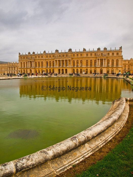 Chateaux de Versailles reflected in a fountain