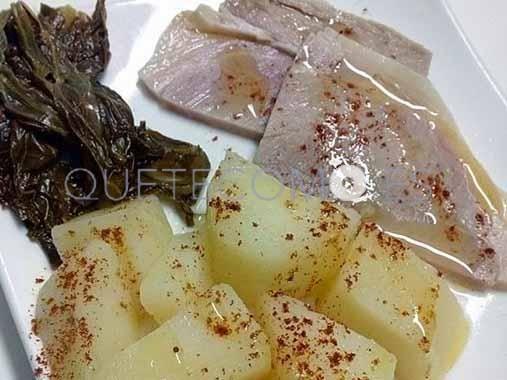 Tapa de lacón cocido con cachelos y grelos de Santiago | Restaurante pizzería tapería Tito & Pizza en Ribadeo, Lugo