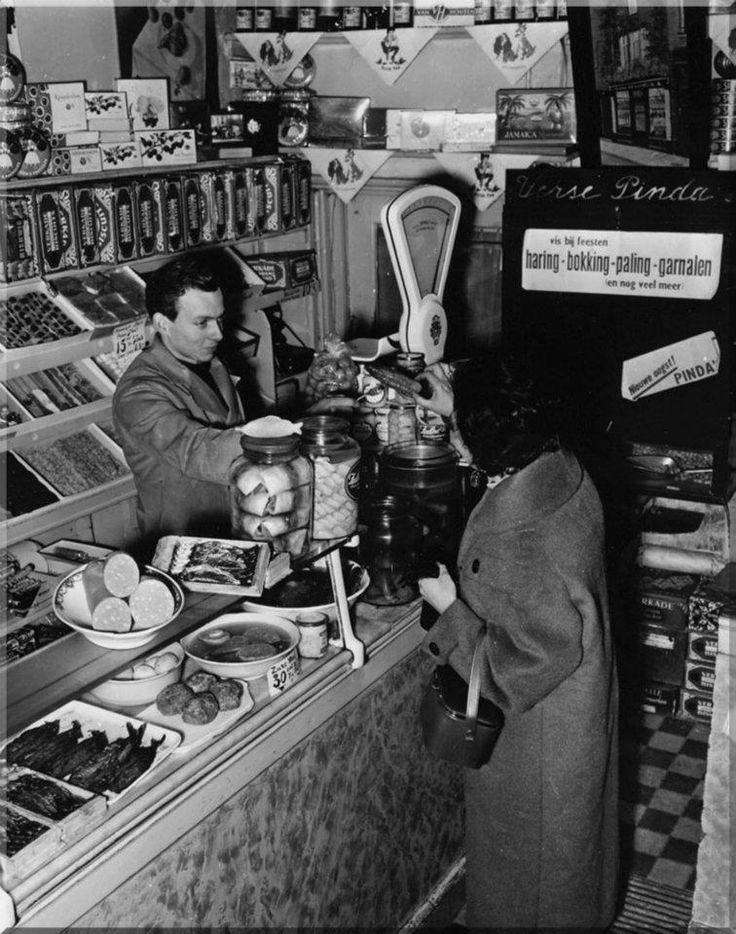 1957 interieur van een winkel die verdwijnen moet for Interieur winkel amsterdam