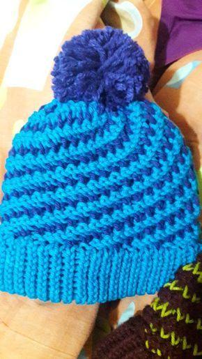 Gorro en espiral bicolor tejido en telar por Barbara T.