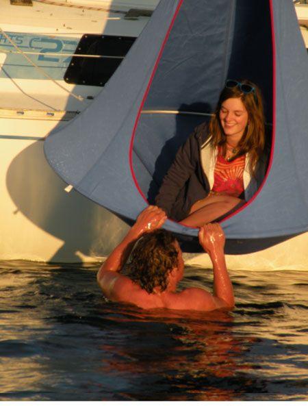 Hang je Cacoon aan je boot en beleef er veel plezier mee tijdens het varen. De Cacoon kan tegen water en daarom ideaal voor op buiten. #Cacoon #Relax #Chill #Hangplek #Hang #Tent