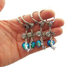 Porte-clés avec breloque petite sirène, étoile de mer, écailles de sirène et coquillage. Parce qu'une sirène ne devrait jamais perdre les clés de son épave de bateau ;)