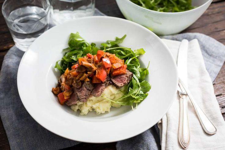 Weer een lekkerreceptuit deKoken met Aanbiedingenapp: biefstuk stroganoff met aardappelpuree en rucola. Heb jij deappal gedownload op je smartphone? Kijk voor meer informatie over dit gerechthier. Schil en snijd de aardappels in gelijke stukken. Breng een pan met water aan de kook en kook de aardappels in 20 minuten gaar. Giet af en bewaar in …