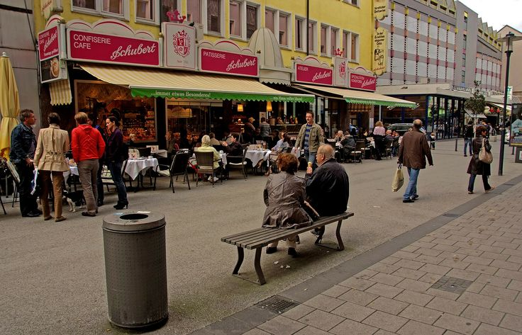 Am Wochenende und vor allem in der nächsten Woche, ...  dürfte die Zahl der Eis-Esser und Draussensitzer sicher noch zunehmen. Dann vielleicht sogar ohne Mäntel und Jacken. Dem Wetter sei Dank. Nicht nur in Saarbrücken.  :-) https://www.saarbruecken.de/