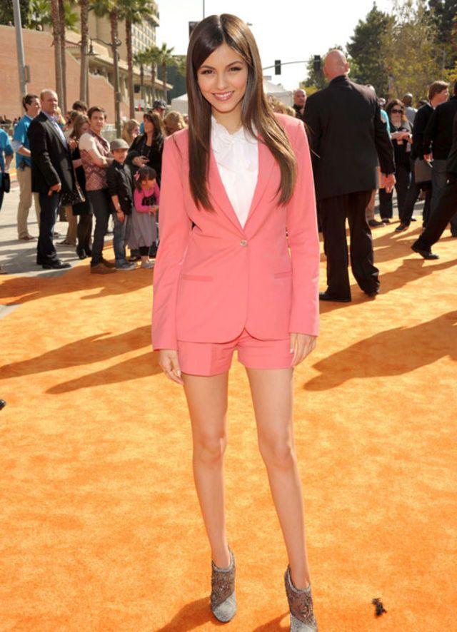 Pantalones cortos con saco del mismo color. Un look moderno para destacar la personalidad.