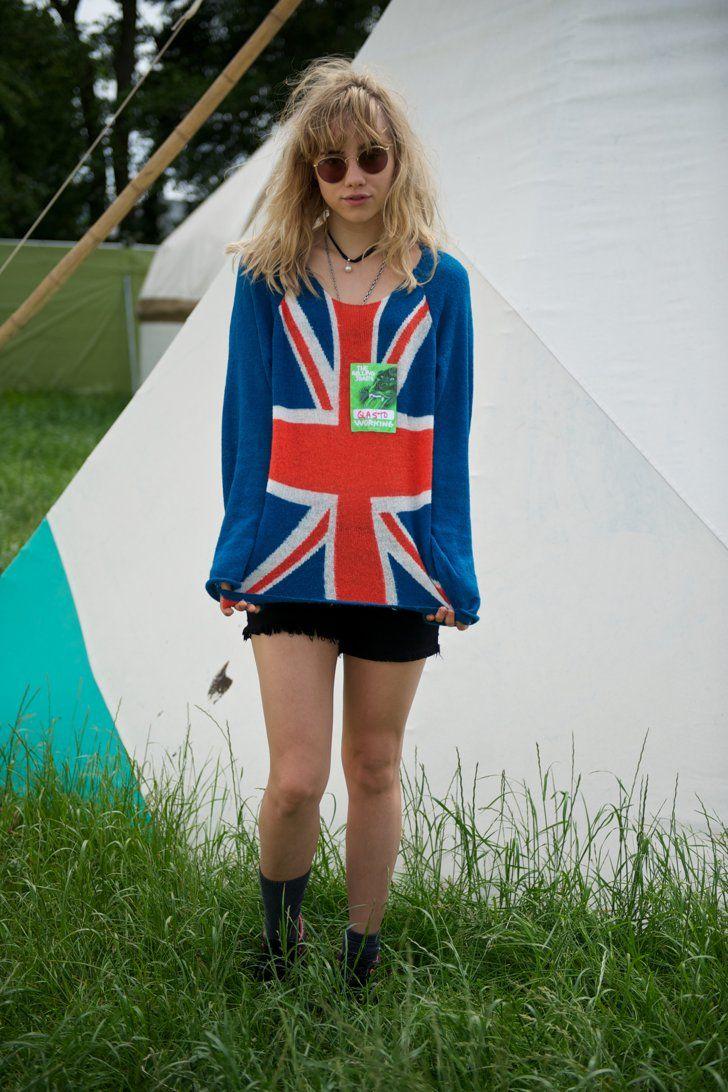 Pin for Later: Suki Waterhouse: Wie aus dem Londoner Partygirl ein Hollywood Sternchen wurde  Selbst auf Festivals kann ihr niemand etwas vor machen. In Glastonbury 2013 zeigte Suki ihre patriotische Seite.